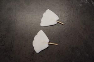 12) Für die Flügel zwei Trapeze formen und an den Seiten mit einem Zanhstocher eindrücken