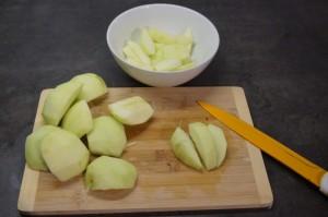 7) 3 1/2 Äpfel vierteln und in Spalten schneiden, Rest klein schneiden