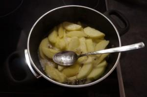 9) Apfelgelee mit Wasser erhitzen und die Apfelspalten darin andünsten