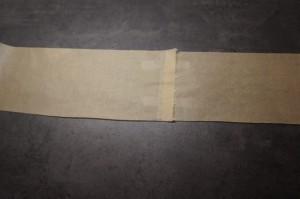 19) Backpapier in der Länge des Umfangs der Torte zusammenkleben
