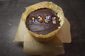 21) Wenn die Schokolade beginnt fest zu werden an den Rand der Torte drücken.