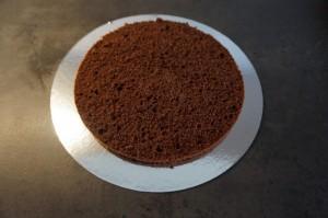 2) Den untersten Boden auf ein Cakeboard geben