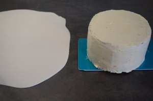 18) Mit dem letzten Boden abdecken. Dann die Torte mit der restlichen Buttercreme bestreichen und glätten