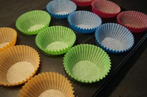 3) Muffinförmchen in die Backform geben