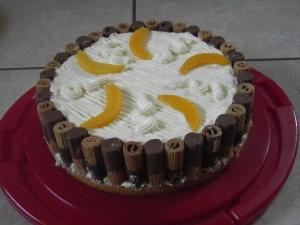 Käse-Sahnetorte-mit-Pfirsichen-und-Keksen